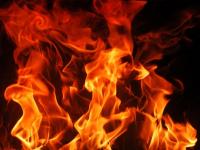 Всю ночь пожарные тушили пламя в поселке Окуловского района