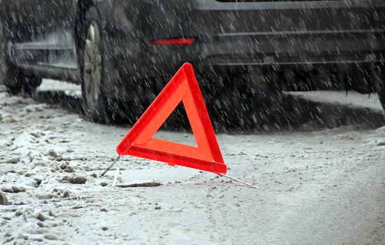 В Великом Новгороде мужчина выбежал на дорогу перед авто и получил травму головы