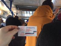 Фотофакт: пассажиры новгородских автобусов начали получать предвыборные билеты