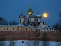 Фотофакт: жёлтая луна над Софийским собором