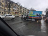 Грустная корова смотрит на пробку на Большой Санкт-Петербургской улице