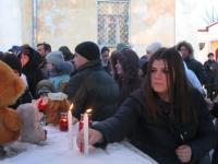 Молодежь Боровичей молилась сегодня вечером об упокоении погибших кемеровчан