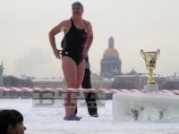 Новгородские любители экстрима не испугались полуметрового льда на Неве