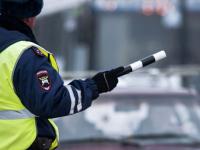 Новгородские полицейские разбираются с водителем, который показал не свое удостоверение