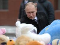 Президент возложил цветы к стихийному мемориалу у фасада «Зимней вишни»