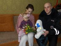 В Великом Новгороде дорожный полицейский навестил девочку, которой помог после ДТП