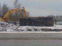 В Великом Новгороде КАМАЗ упал на бок во время погрузки грунта