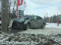 В Великом Новгороде легковушку вынесло на тротуар во время ДТП