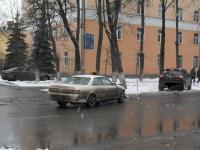 В Великом Новгороде «Пежо» вынесло на обочину из-за ДТП