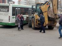 Автобус VS Трактор: в Великом Новгороде состоялась битва железных монстров