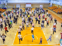 Более 200 новгородцев собрались сегодня на утреннюю зарядку в честь Дня здоровья