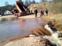 Большая весенняя вода не дает починить дорогу в Старорусском районе