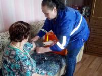 Медики оказывают помощь пострадавшим от паводка в Любытинском районе