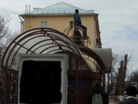 Фотофакт: новгородский мальчик ждёт автобуса на «железном троне»