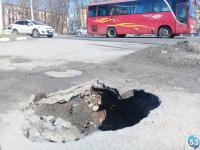 На главной транспортной развязке Великого Новгорода появилась метровая яма