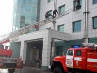 Пожарным потребовалась автолестница, чтобы добраться до третьего этажа новгородского офиса «Сбербанка»