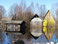 В некоторых домах Хвойной вода стоит на уровне 20 см от пола