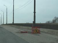 Видео: на Колмовском мосту разнесли в щепки ограду вокруг опасной ямы