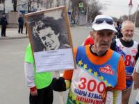 Пожилой марафонец пробежал в Уфе эстафету с портретом снайпера Натальи Ковшовой