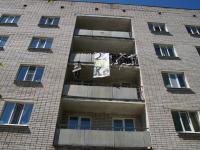 В Великом Новгороде на фасаде общежития повесили чучело нарушителя распорядка