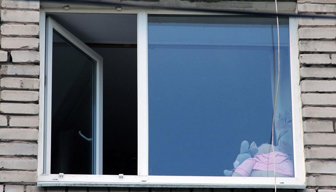 В Чудове выпал из окна годовалый малыш