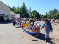 Поддорский Дед Мазай «проплыл» в лодке с зайчатами в честь Дня защиты детей