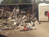 Фото: из-за перевернувшейся фуры с мусором затруднен въезд в Великий Новгород