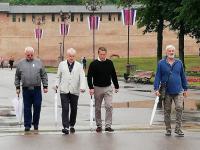Фотофакт: Хью Грант гуляет по Великому Новгороду