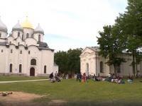 «Голубь софийский — как орел российский», - сочинили новгородцы на лужайке в кремле