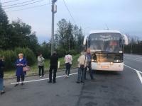 Пассажиров демянского автобуса высадили на трассе и вынудили стоять 2,5 часа