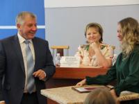 Председатель НОФП Василий Федосов наградил гимназистку за исследование средневековых выборов