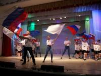В Старой Руссе ярко отметили День России - совместным пением гимна и танцем в патриотичных очках