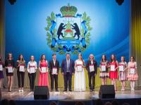 Андрей Никитин поздравил новгородских выпускников, удостоенных медали «За особые успехи в учении»