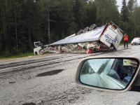 Фотофакт: на трассе М-10 в Новгородской области перевернулась фура
