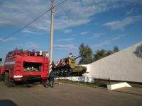 На въезде в Великий Новгород пожарные ликвидировали возгорание на танке-мемориале