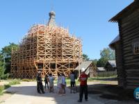 Старейший на Русском Севере деревянный храм, на который все мы любим забираться, оделся в леса