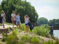 В Великом Новгороде прошло троеборье: сбор мусора, бег, ходьба