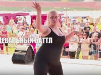 Видео: на Ярославовом дворище в Великом Новгороде состоялся танцевальный баттл «В пух и прах»