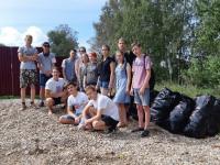 В Боровичах волонтёры убрали мусор за равнодушными жителями Мстинской набережной