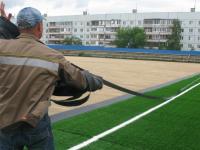 На боровичском стадионе «Волна» начала расти трава. Пластиковая