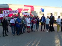 Новгородских участников WorldSkills Russia встретили на вокзале с шарами, цветами и песнями