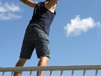 В Крестцах мужчина фатально прыгнул с моста в неглубокую реку