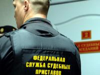 В Новгородской области будут судить женщину за ссадины на шее пристава