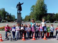 В поселке Парфино дети у памятника Ленину узнали, как надо верной дорогой ехать