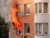 В Великом Новгороде пожарные спасли пять человек из горящей квартиры