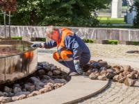 В жаркое лето специалистам Новгородского водоканала приходится чаще чистить фонтаны