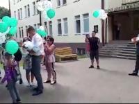 Видео: маленького новгородца у роддома встретил неизвестный мужчина