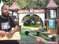 Видео: в Великом Новгороде играют на гуслях «Белые розы»
