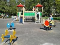 Нетерпеливые новгородцы сорвали заграждение на новой детской площадке в парке и принялись качаться и крутиться