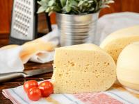 Новгородские гурманы украли пять половинок сыра и 750 грамм конфет